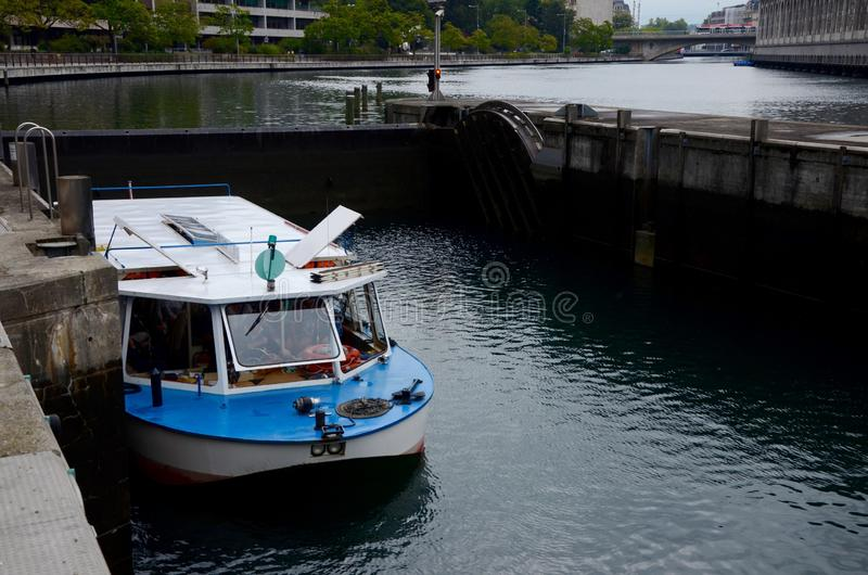 Un barco pasa una cerradura en el río Rhone en Ginebra imágenes de archivo libres de regalías