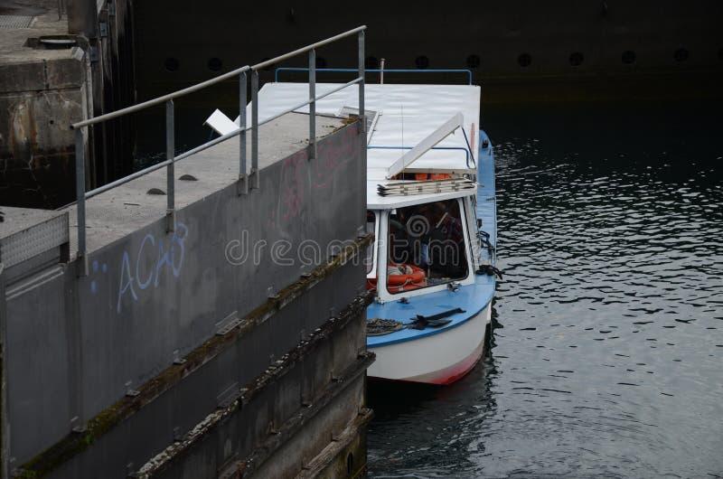 Un barco pasa una cerradura en el río Rhone en Ginebra foto de archivo