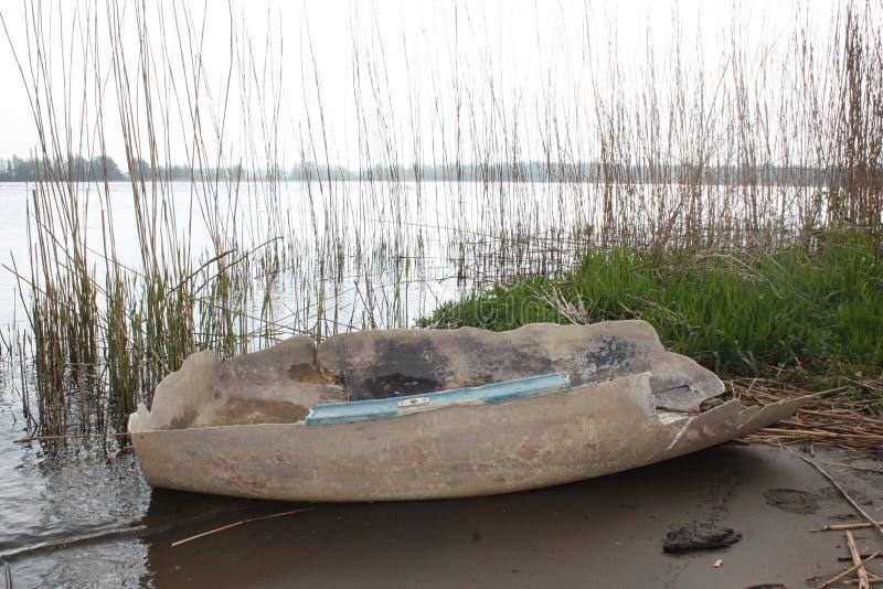 Un barco plástico viejo que nunca se ha quitado de la playa imagen de archivo libre de regalías