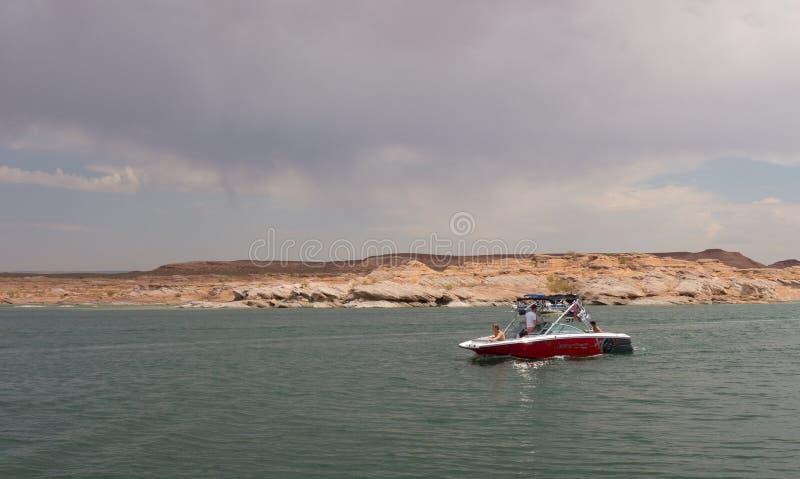 Un barco que cruza en un depósito en el desierto foto de archivo libre de regalías