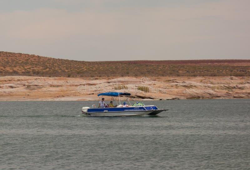 Un barco que cruza en un depósito en el desierto imagen de archivo