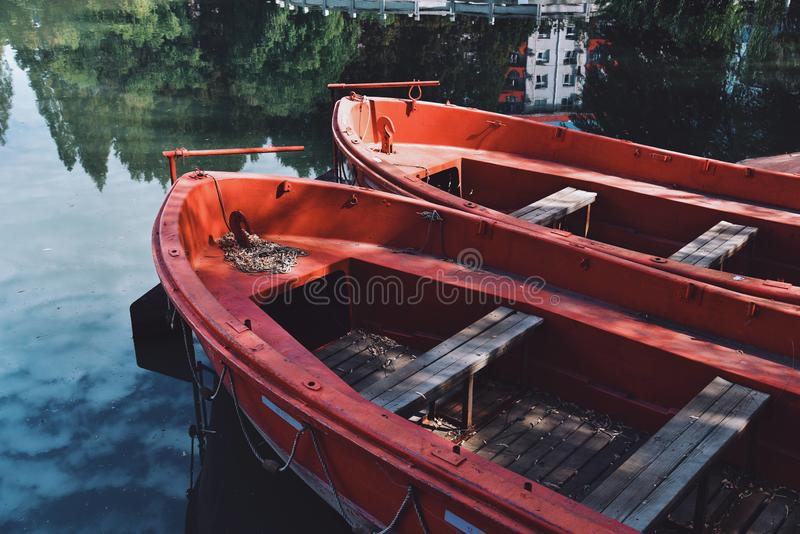 Un barco rojo amarrado en el lago fotos de archivo libres de regalías