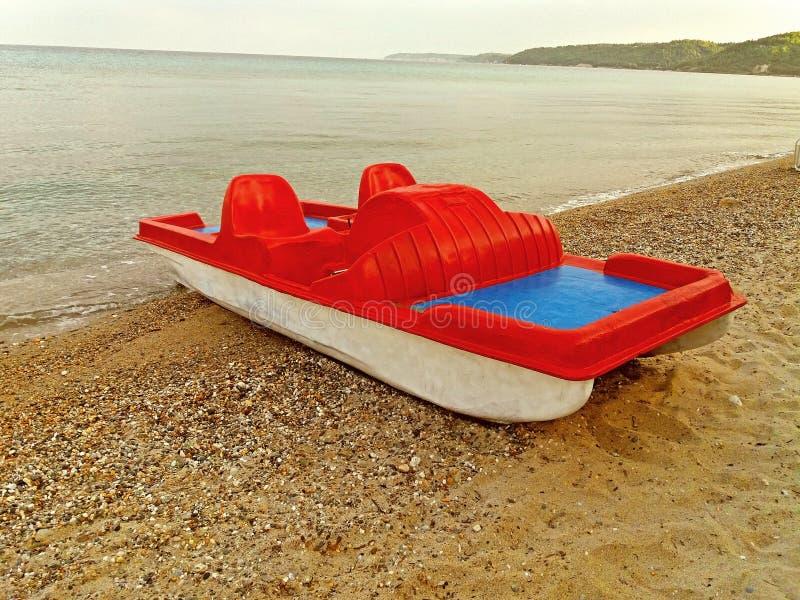 Un barco rojo en la costa griega foto de archivo libre de regalías