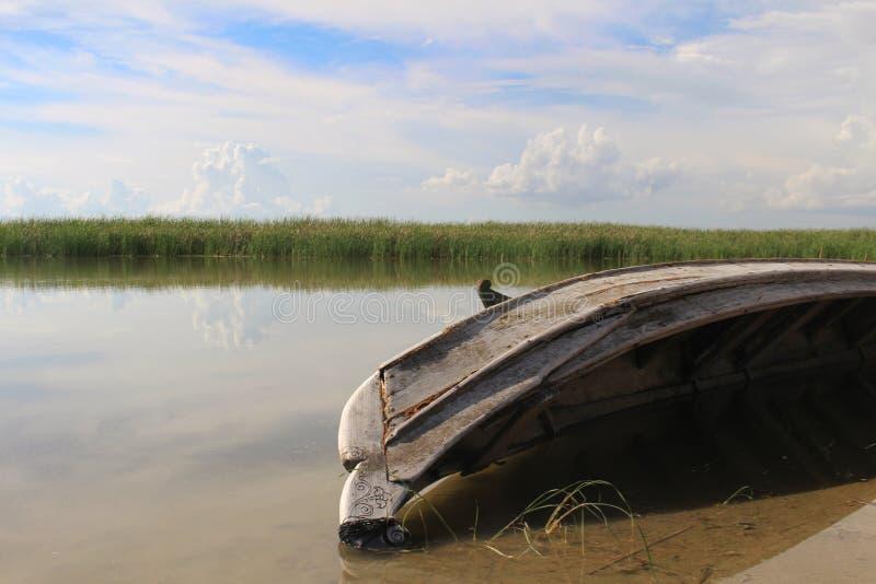Un barco viejo en el lago Yay Hkar Innn en Myanmar imágenes de archivo libres de regalías