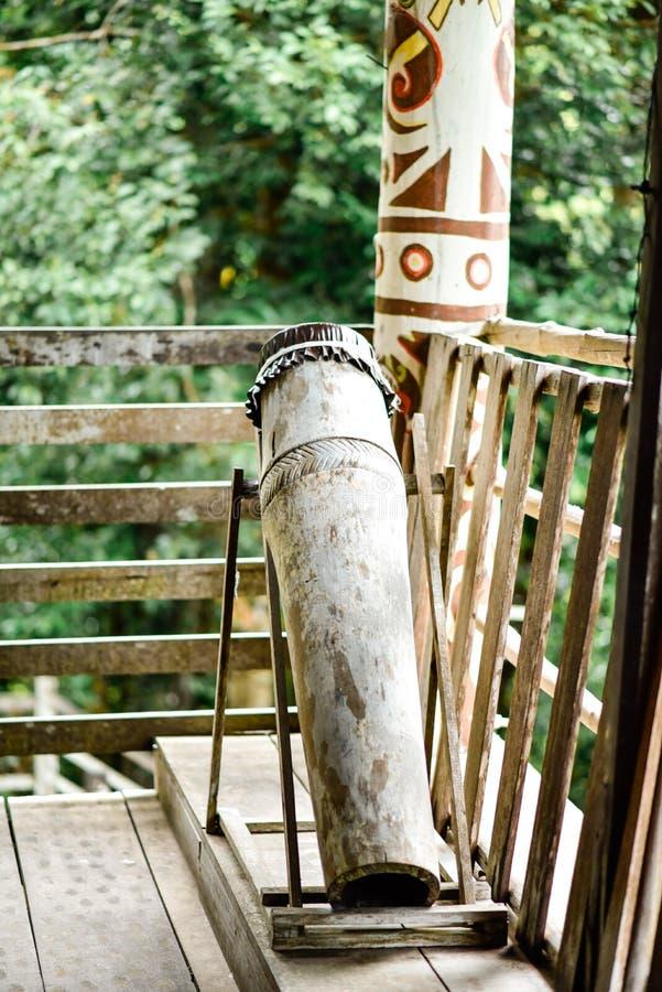 Un barilotto di legno che funziona come strumento per avvisare la gente nel longhouse fotografia stock libera da diritti