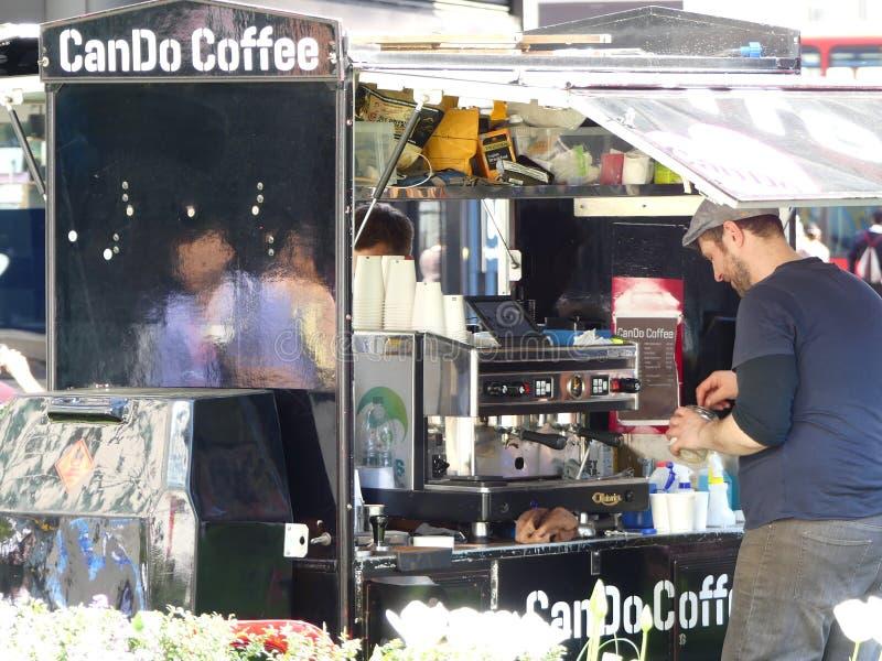 Un barista prepara il caffè su una stalla dell'esterno il giorno più caldo dell'anno, Londra fotografie stock libere da diritti