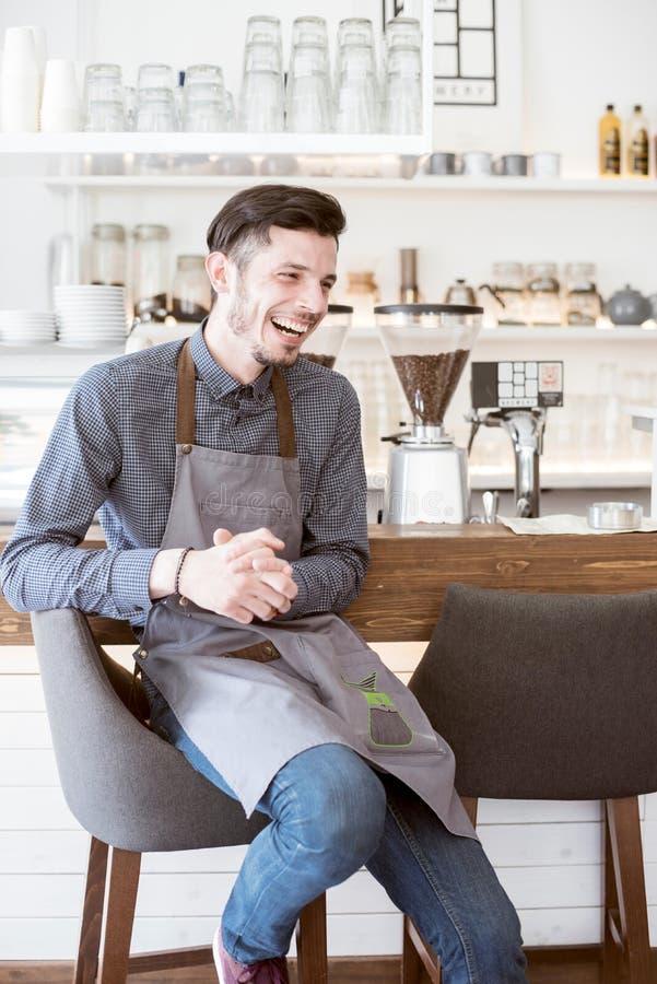 Un barista sorridente fotografia stock libera da diritti