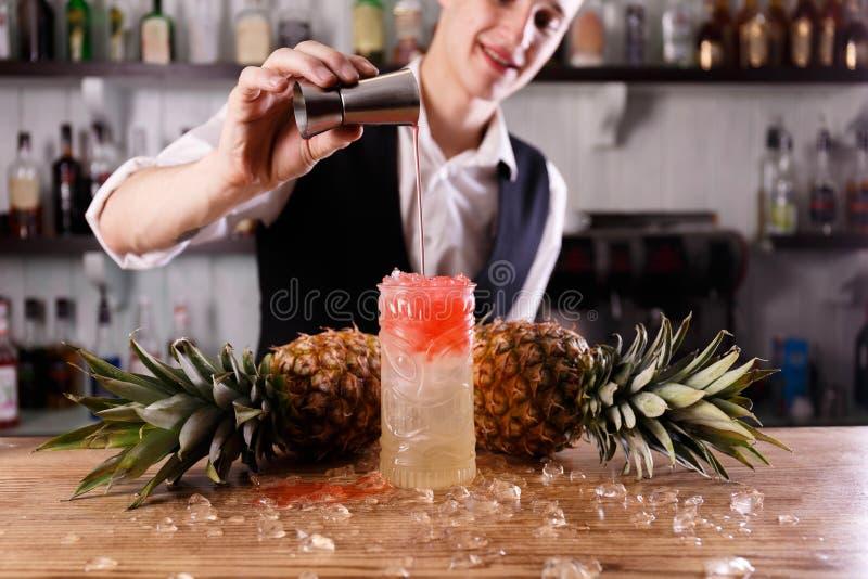 Un barman beau et un coctail de Pina Colada image stock