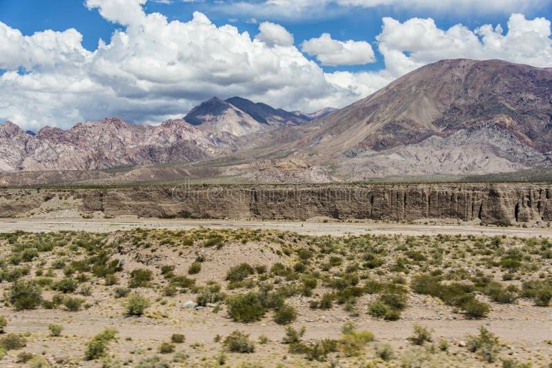 Un barranco formó por las aguas de fusión de las nieves andinas fotos de archivo