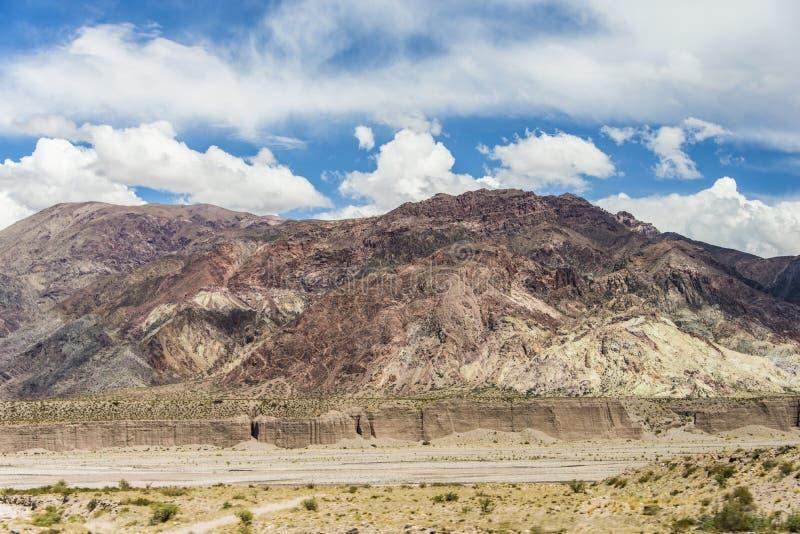 Un barranco formó por las aguas de fusión de las nieves y del hielo andinos foto de archivo libre de regalías