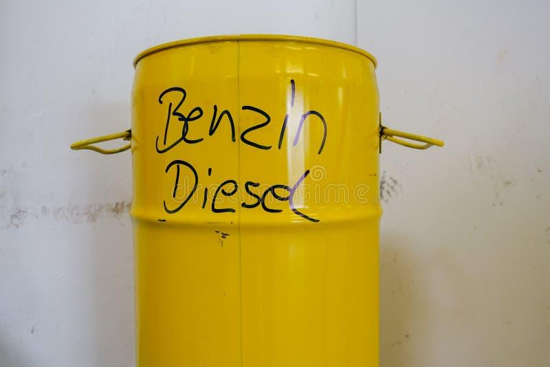 Un barril del metal amarillo con la gasolina y el diesel de la inscripción fotografía de archivo
