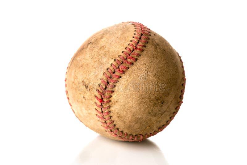 Un base-ball bousillé et vieux sur le blanc photos libres de droits