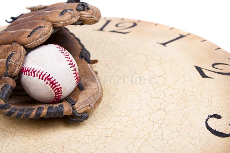 Un base-ball et un gant sur un vieux vintage synchronisent image stock