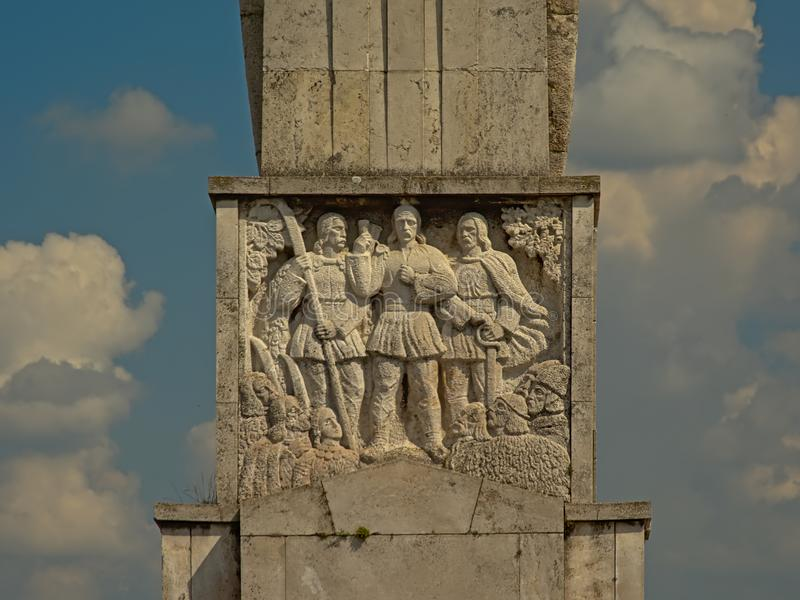 Un bassorilievo di tre guerrieri, dettaglio del monumento degli eroi rumeni nella vecchia cittadella di Alba Iulia, vista di ango fotografia stock