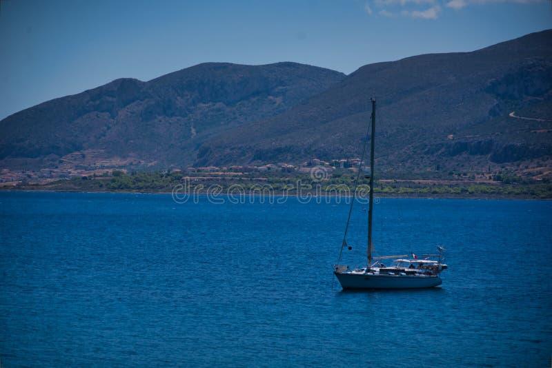 Un bateau à la mer dans Monemvassia image libre de droits