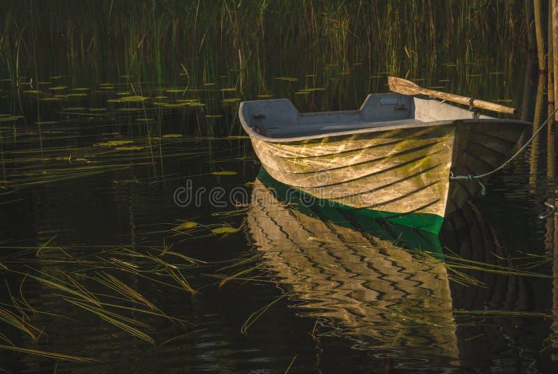 Un bateau à rames sur un lac finlandais beautioful en dehors de Salo photo stock