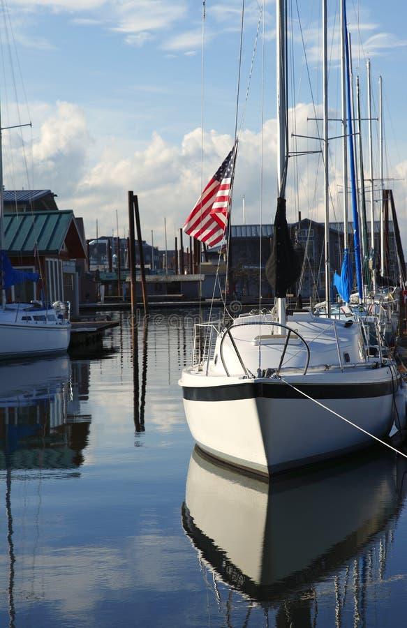 Un bateau à voiles et un indicateur. photographie stock