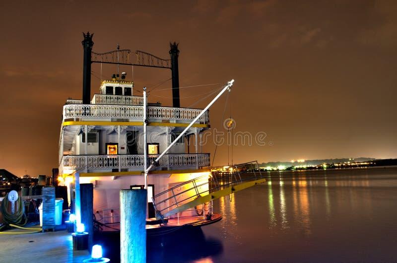 Un bateau accouplé sur le fleuve Potomac image libre de droits