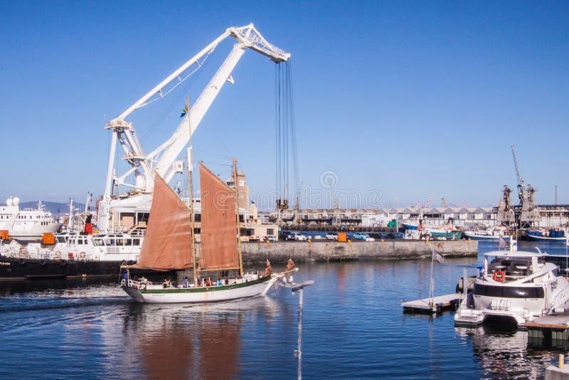 Un bateau avec les voiles rouges près de Cape Town, Afrique du Sud photographie stock