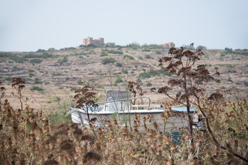 Un bateau caché dans l'herbe image libre de droits