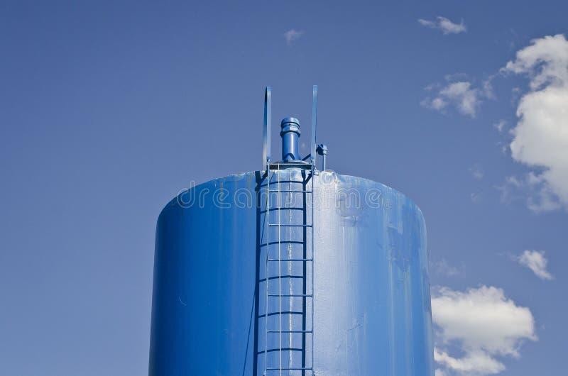Un bateau-citerne solo de l'eau bleue photographie stock libre de droits