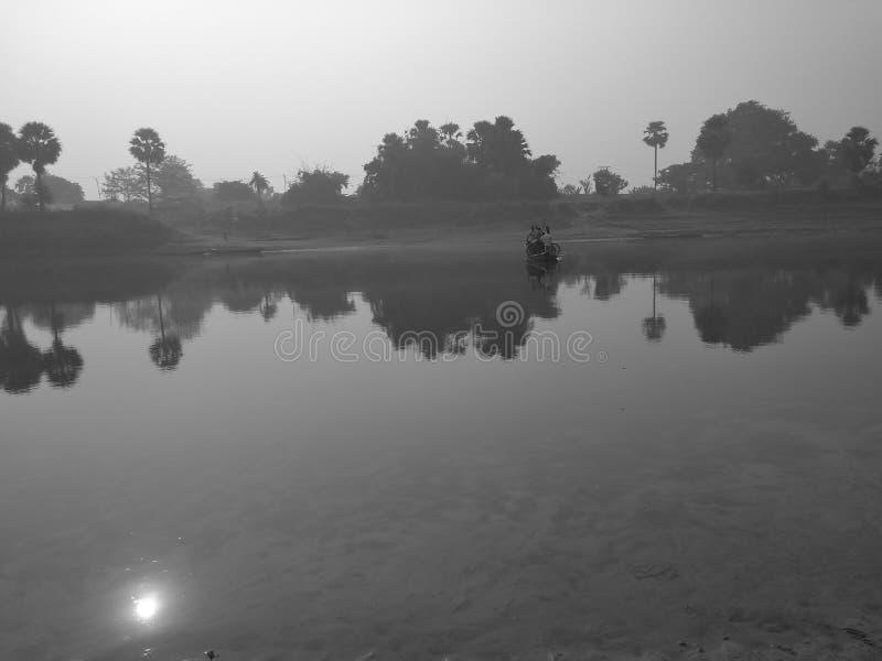 Un bateau dans la rivière et l'ombre du soleil photographie stock