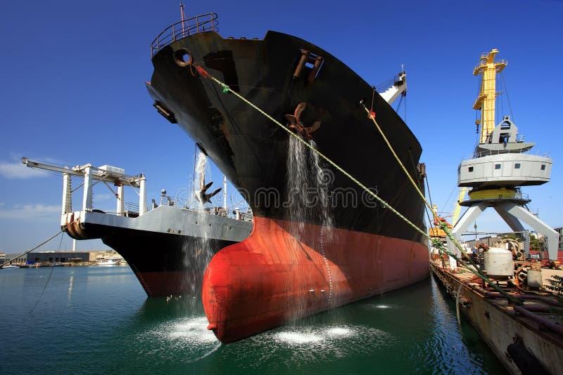 Un bateau dans le port images stock
