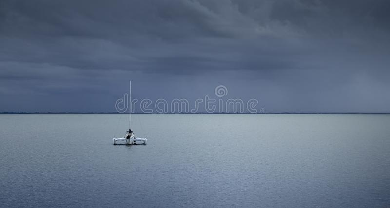 Un bateau dans seul l'avant images libres de droits