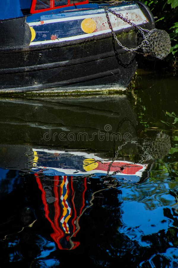 Un bateau de canal a amarré et s'est reflété en rivière Stort images libres de droits