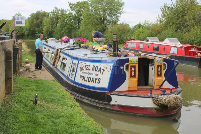Un bateau de canal renversant des déchets photos stock