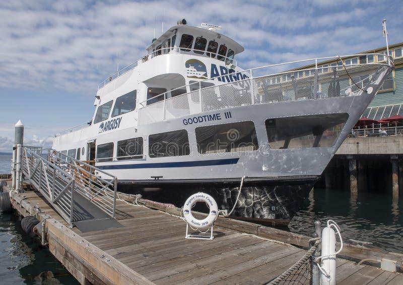 Un bateau de croisière d'Argosy préparant pour être embarqué au pilier historique 55 à Seattle, Washington image stock