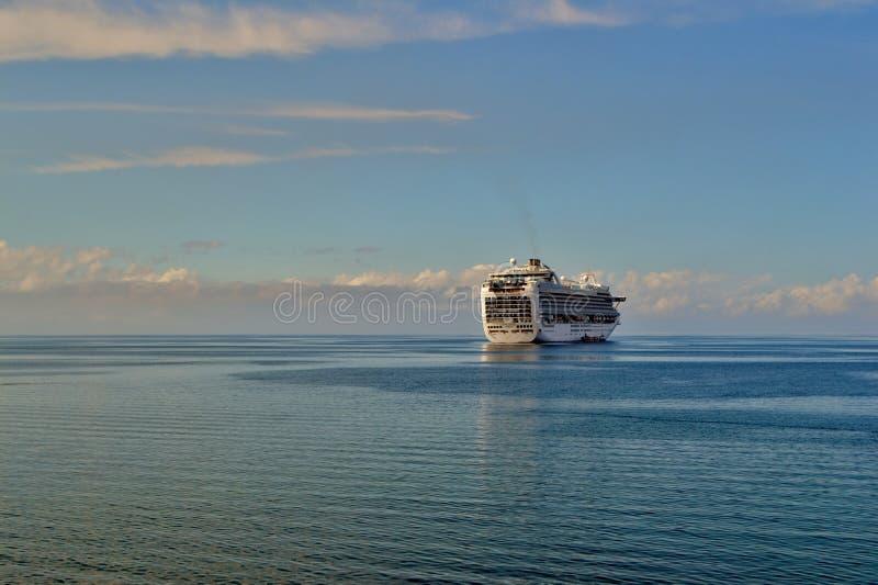 Un bateau de croisière dans une distance photo stock