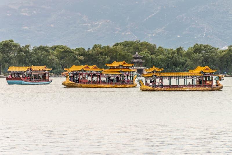 Un bateau de dragon voyageant sur le lac kunming, Pékin, Chine image libre de droits