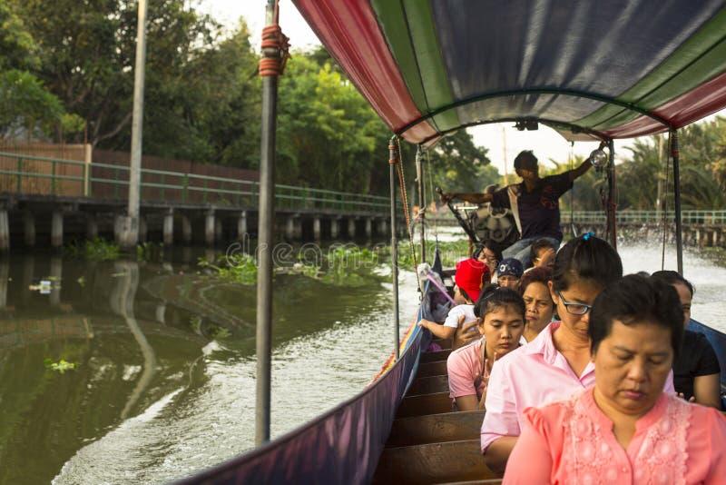 Un bateau de long-queue portant les personnes locales passant sur Chao Praya River image libre de droits