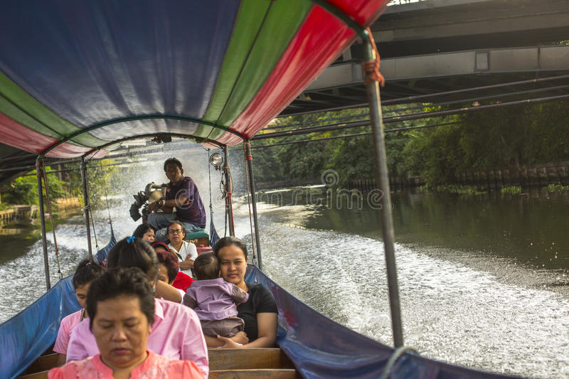 Un bateau de long-queue portant les personnes locales passant sur Chao Praya River photo stock
