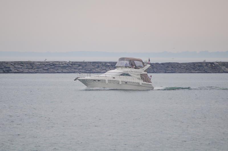 Un bateau de luxe de vitesse photos libres de droits