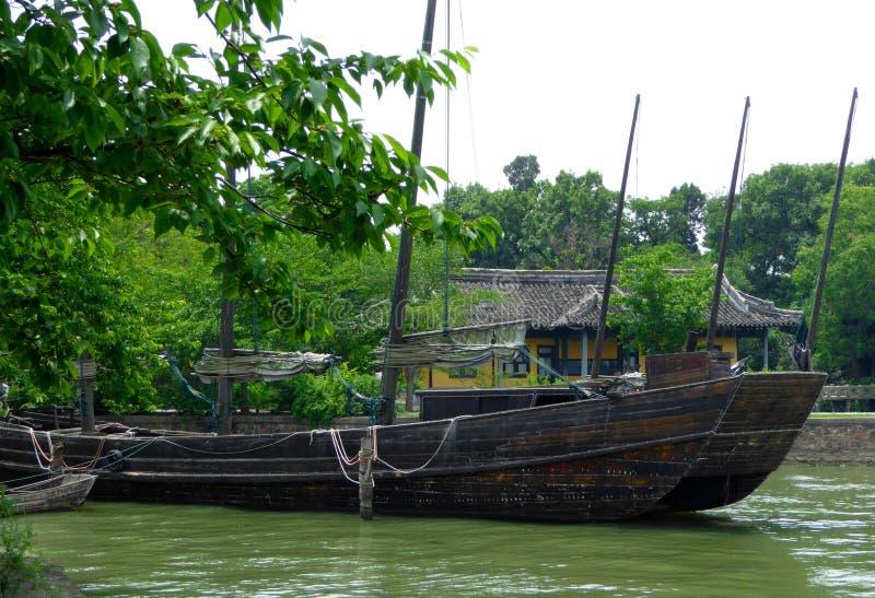 Un bateau de mer garé sur l'eau photographie stock