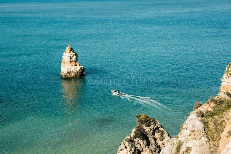 Un bateau de mer navigue le long de l'Océan Atlantique outre de la côte du Portugal images stock