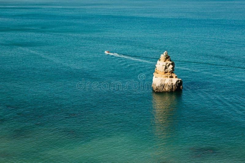 Un bateau de mer navigue le long de l'Océan Atlantique outre de la côte du Portugal photos stock