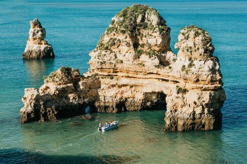Un bateau de mer navigue le long de l'Océan Atlantique outre de la côte du Portugal images libres de droits