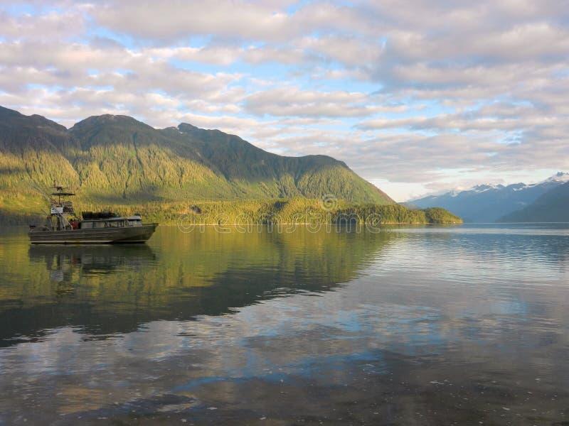 Un bateau de pêche près de Bella Coola, Colombie-Britannique image stock