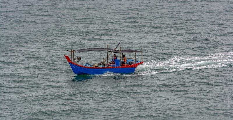 Un bateau de pêche sur la mer, Penang image stock