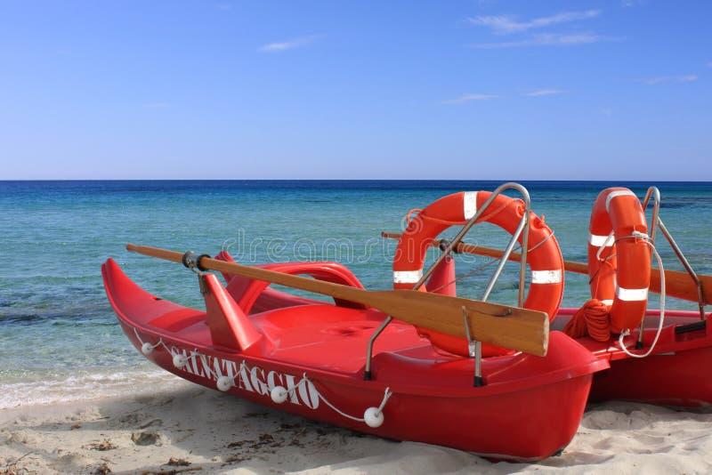 Un bateau de sauvetage rouge images stock