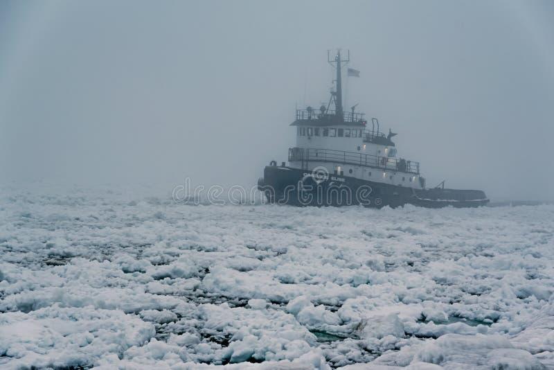 Un bateau de traction subite dirigeant le lac Michigan photographie stock libre de droits