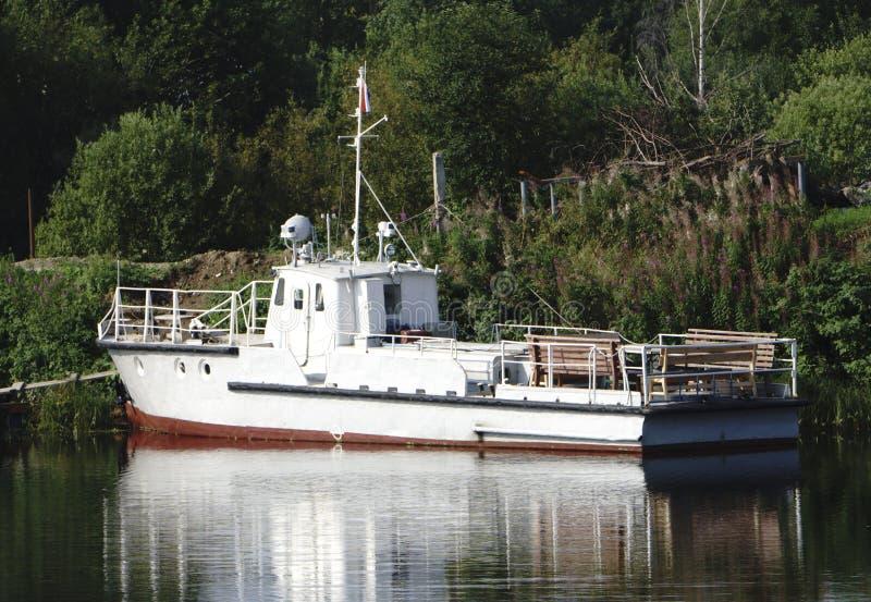 Un bateau de traction subite garé au rivage photos stock