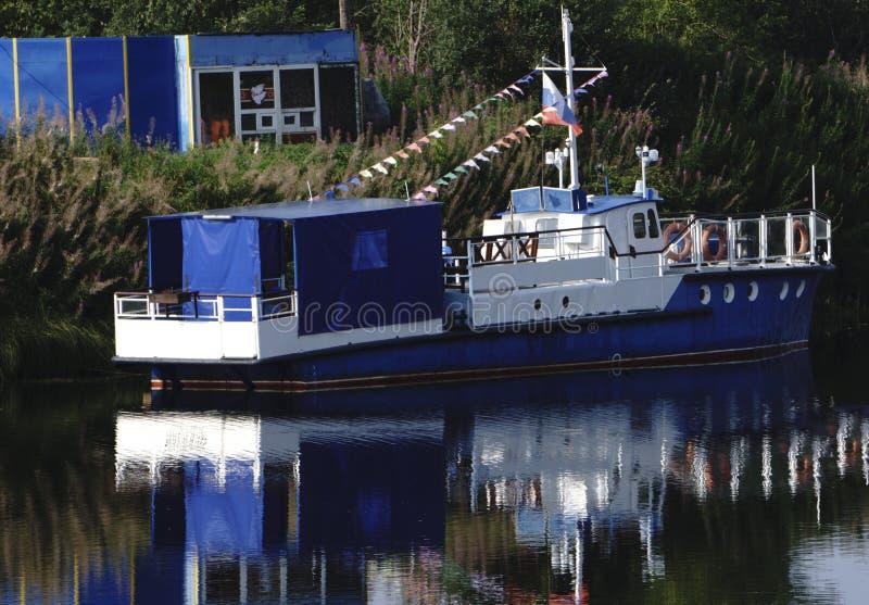 Un bateau de traction subite garé au rivage photographie stock libre de droits