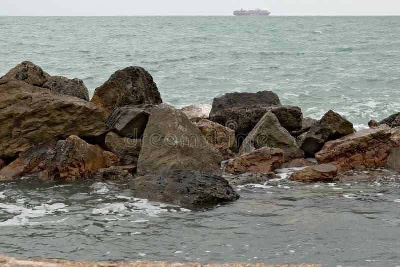 Un bateau de transport sur l'horizon de mer image stock