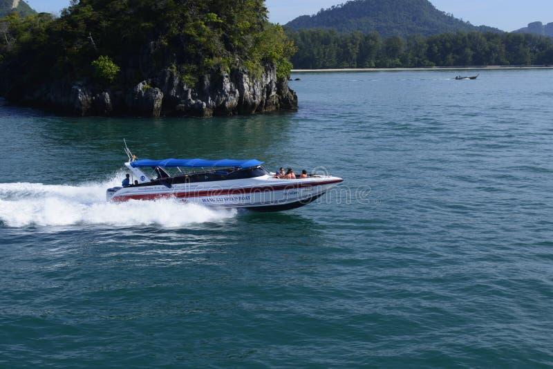 Un bateau de vitesse expédiant par la mer d'Andaman portant les personnes en vacances et des vacances photographie stock libre de droits