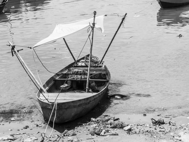 Un bateau en bois pauvre sur la plage photographie stock libre de droits