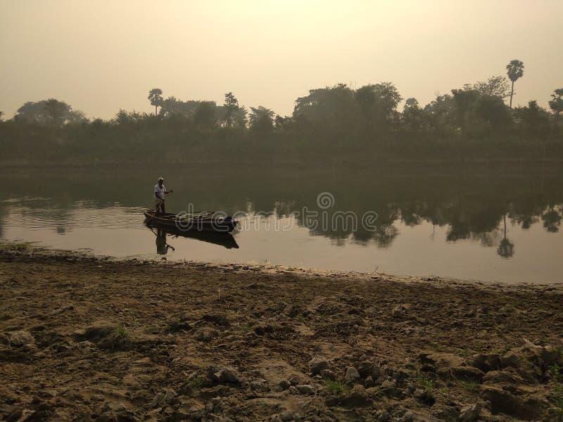 Un bateau en rivière photo stock